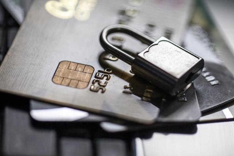 Gọi điện thoại đến số hotline của ngân hàng để báo mất thẻ