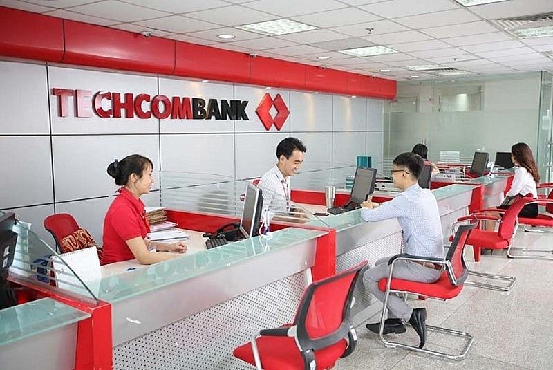 Đến phòng giao dịch Techcombank để biết thêm về phí quản lý tài khoản