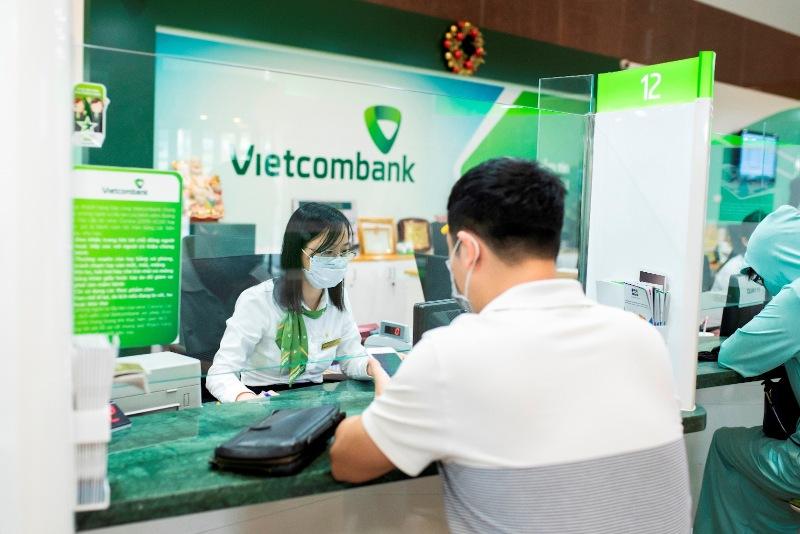 Trực tiếp đến điểm giao dịch/chi nhánh Vietcombank để tiến hành sao kê tài khoản
